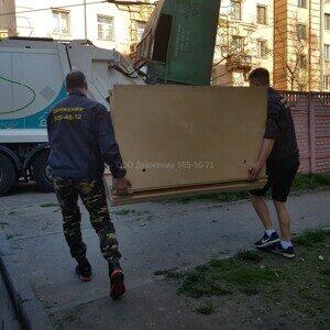 грузчики утилизируют диван