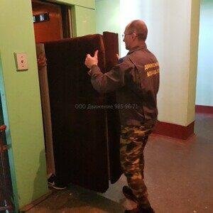 грузчики грузят в лифт